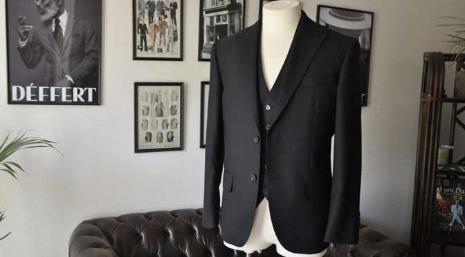 お客様のスーツの紹介- 無地ブラックスリーピーススーツ-