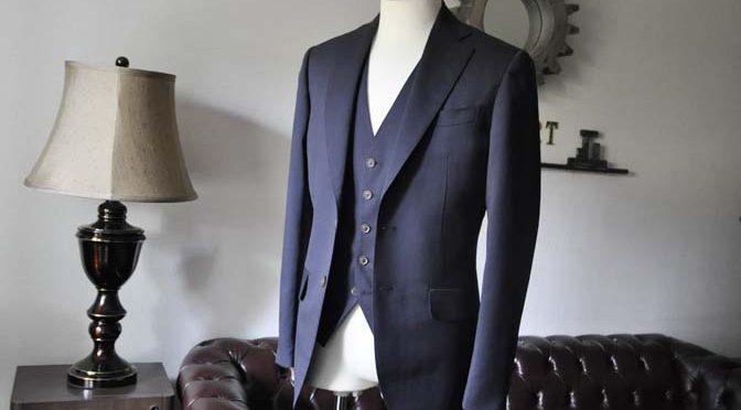 お客様のスーツの紹介-無地ネイビースリーピーススーツ-