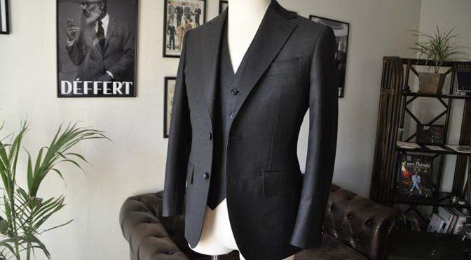 お客様のスーツの紹介- DUGDALE BROS チャコールグレースリーピーススーツ-