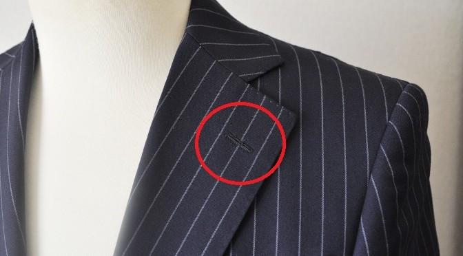スーツの襟の穴は何のためについているの?
