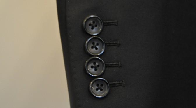 スーツの袖ボタンは何の為の物??